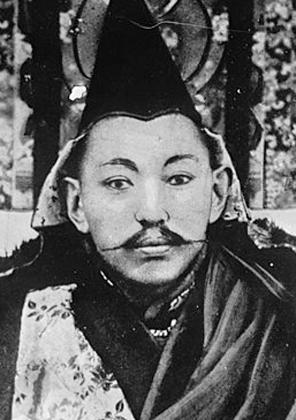 Далай-лама XIII — один из самых успешных и влиятельных правителей Тибета. Он перестроил дворец Потала, расширил дворец Норбулинка и привез в Тибет автомобиль. Но Далай-лама XIII не только наслаждался жизнью, но и пытался реформировать политическую систему Тибета. Безуспешно.