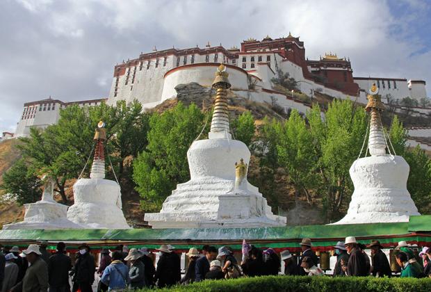 Помимо светской функции резиденции Далай-ламы, Потала одновременно является священным местом для буддистов-ламаистов. Паломники обходят вокруг дворца и посещают ступы и могилы Далай-лам.