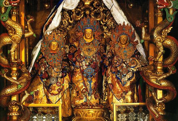 Еще одна функция дворца — хранилище древностей. Во дворце ноходятся 30 000 реликвий и священных текстов.
