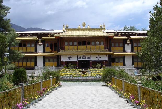 Дворец Норбулинка на протяжении 200 лет служил летней резиденцией Далай-лам. Именно из расположенного в западной части Лхасы дворца Норбулинка 17 марта 1959 года после неудачи антикитайского восстания бежал Далай-лама XIV.