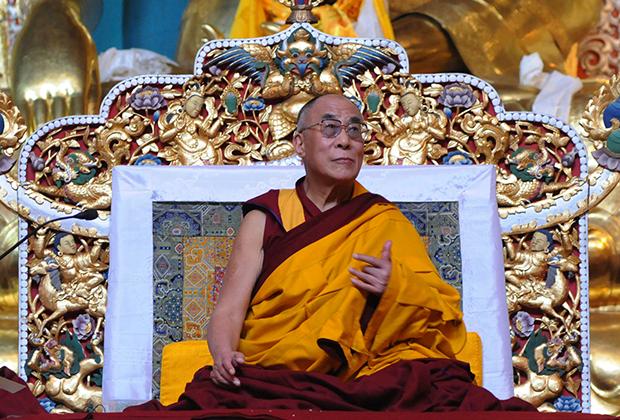 Далай-лама XIV, как и его предшественники, носит только простую монашескую одежду. А вот традиция восседать на богато украшенных тронах осталась и в изгнании.
