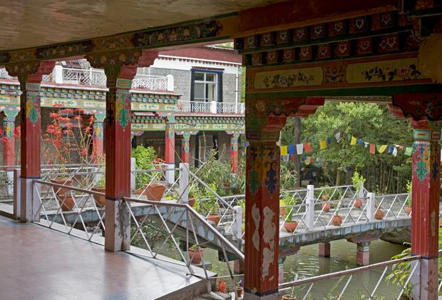 Во дворце Норбулинка было вырыто несколько искусственных прудов и каналов. Один из дворцов был расположен прямо на канале, а покои Далай-ламы нависают над водой.