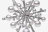 Абстрактная зимняя фантазия на тему снежинок и ледяных узоров из белого золота, бриллиантов и жемчуга, которым в первую очередь славится японская марка Mikimoto.