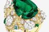 Название кольца из золота и платины с крупным изумрудом грушевидной огранки и пятью бриллиантами огранки «роза» переводится как «Летний колос», но насыщенный зеленый цвет камня создает вполне новогоднее, «елочное» настроение.