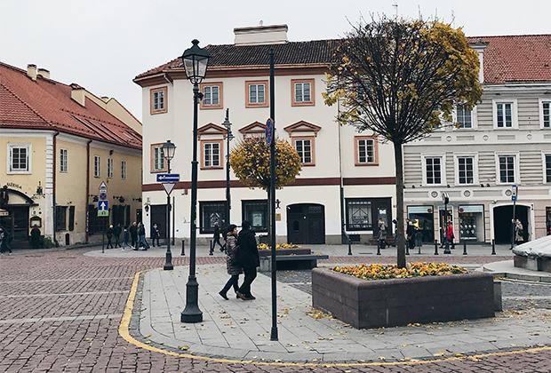 На пустой площади Старого города соединяются старинные улицы Вильнюса