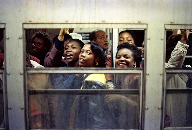 «Час пик» — одна из наиболее известных фотографий Шабазза, передающая его узнаваемый стиль и эстетику.