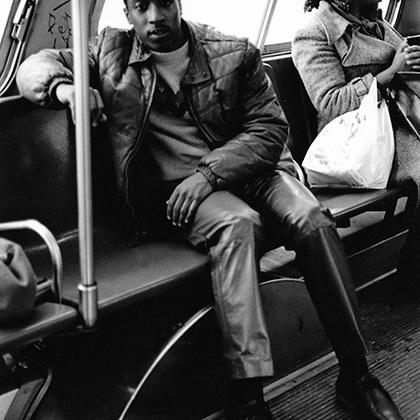 Снимки, сделанные Шабаззом в 1980-х, получились по-настоящему вневременными и аутентичными: фотограф запечатлел жизнь социальной группы изнутри, сам при этом будучи ее частью.