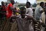 Гана — одна из тех африканских стран, где белокожий турист в определенный момент начинает чувствовать себя лишним. В крупных городах привыкшие к путешественникам ганцы улыбчиво кричат в их адрес «оброни» (белый иностранец), но стоит белому иностранцу оказаться в небольшой деревне, как он сталкивается с агрессией и непониманием местных жителей.  <br> <br> Лишь немногие из них приветливо машут, позируют на камеру и даже сами просят их сфотографировать. В то время как остальные смущенно закрывают лицо руками, кричат, хмурят брови и жестами дают «оброни» понять, что ему тут не место.