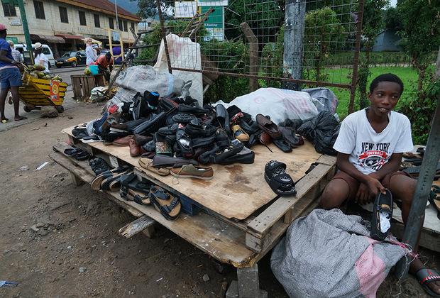 Чтобы купить обувь в Гане, достаточно пару часов поковыряться в огромной куче ботинок вроде этой. Туфли Prada, кроссовки Reebok, лодочки Louboutin и шлепанцы Adidas здесь валяются вперемешку, зато по доступной цене. К слову, подобные «обувные магазины» найти достаточно несложно — они есть практически на каждой обочине.