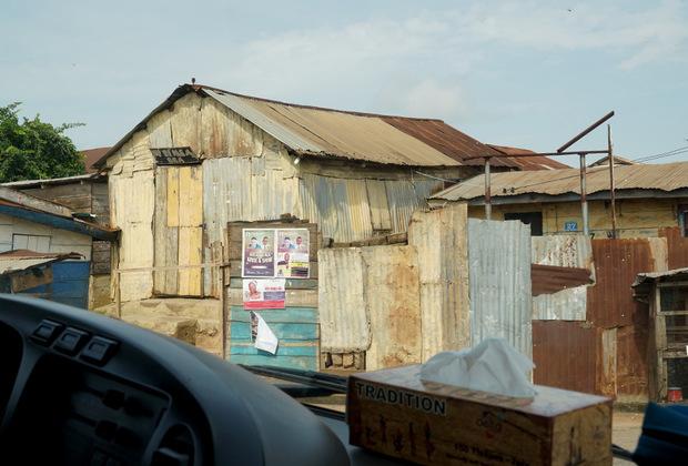 Состояние многих ганских домов оставляет желать лучшего, поскольку сделаны они из прибитых друг к другу старых досок, ржавых металлических листов и балок.