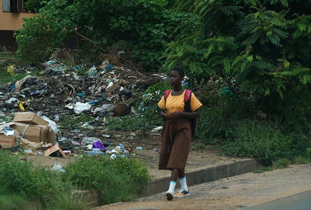 Неотъемлемая деталь любого пейзажа в Гане — это мусор. Здесь он повсюду, даже на белоснежном пляже в столице страны Аккре. Казалось бы, кому могло прийти в голову бросить на песок лезвие, разбитую бутылку или крышку от унитаза? Но побережье Атлантического океана утопает в горах мусора, поэтому купаются здесь только самые отчаянные.