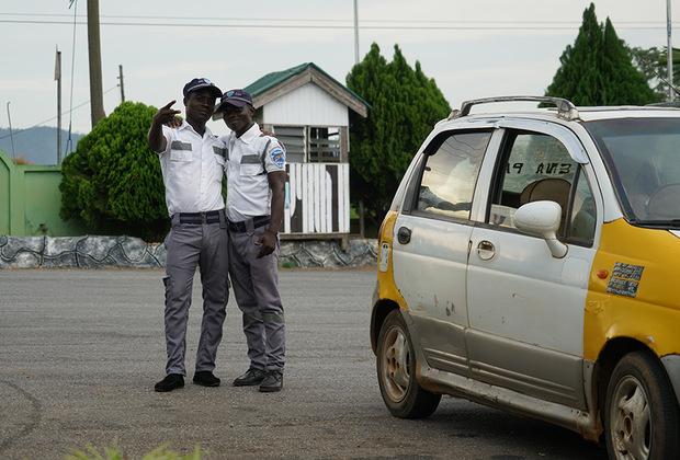 В Гане совершенно нормально держать собеседника за руку при разговоре, даже если общаются при этом двое мужчин. Просто у них так принято. По-дружески. А вот гомосексуальность в стране запрещена и преследуется по закону со времен завоевания Ганы Великобританией.  <br> <br> Здесь геев не только сажают в тюрьму, но также изгоняют из семьи, увольняют с работы, унижают на улицах и в целом всячески притесняют в обществе.