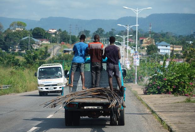 Ганцы совершенно не обеспокоены безопасностью собственной жизни, как, впрочем, и жизнью других людей. Выезжать на встречку, перебегать оживленное шоссе и везти металлические прутья, придерживая их только ногами, — обычное дело.