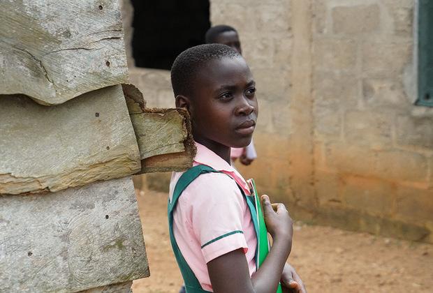Во многих ганских общинах и деревнях женщинам по-прежнему не разрешается получать образование. В период отрочества у девочек нет на это времени, поскольку они должны помогать семье с домашним хозяйством: работать на плантации, варить дома мыло или шить одежду. А повзрослевшим девушкам уже пора рожать детей, поэтому времени на образование просто не остается.