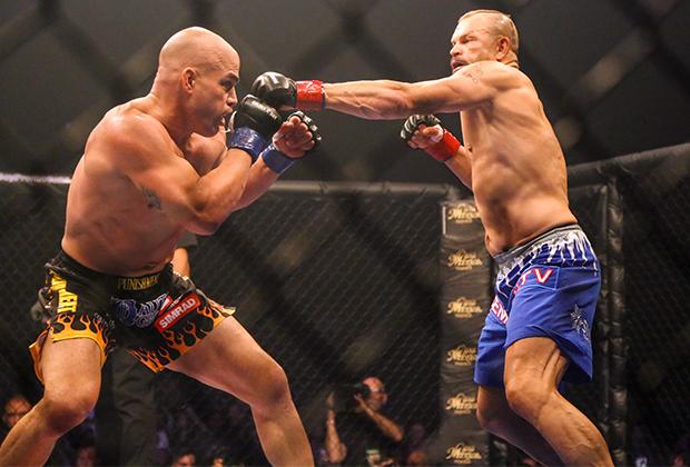 Тито Ортиз (слева) в бою с Чаком Лидделлом