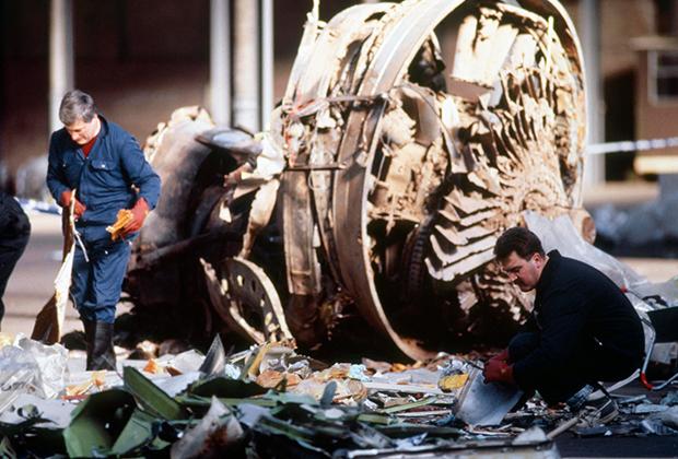 Специалисты осматривают фрагмент упавшего самолета