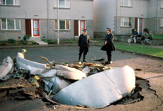 Шотландские полицейские у обломков «Боинга»