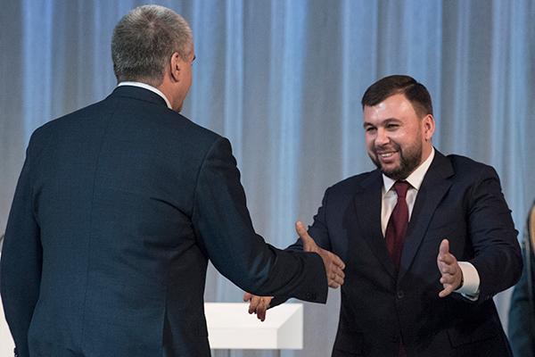Избранный глава Донецкой народной республики Денис Пушилин (справа) и глава Республики Крым Сергей Аксёнов на церемонии инаугурации главы ДНР