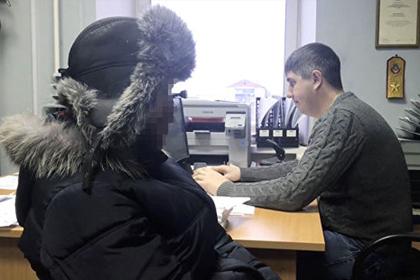Россиянин украл новогодние подарки и раздал их детям