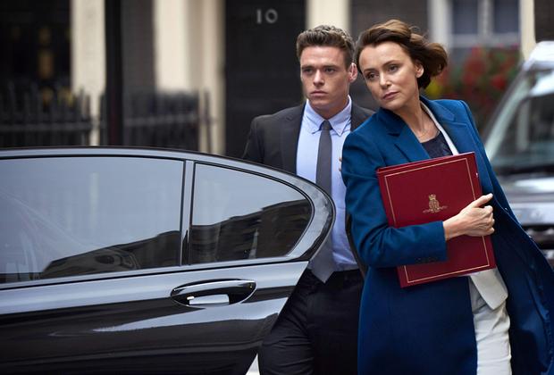 Традиционно качественно сделанный «экспортный» продукт BBC наподобие «Шерлока» или «Вершины озера». Британская консервативность сказывается на результате: пока в Америке уже приняли посттвинпиксовскую (речь о третьем сезоне, разумеется) реальность и начали вовсю ломать жанровые рамки — в широком смысле законы телевидения, «Телохранитель» живет по старому канону и совершенствует его. <br><br> «Телохранитель» — в каком-то смысле идеальный детективный сериал, где все на своем месте: хорошие актеры (Ричард Мэдден играет как бы Мистера Робота, который отвлекся от компьютеров и прошел Афган), добротный сценарий с живыми диалогами, уместным юмором и, пожалуй, лучшим твистом за долгое время. И все это, естественно, на фоне политических разборок, последствий ПТСР и запретной любовной истории. <br><br> Сразу хочется порекомендовать и «женскую версию» сериала — незадолго до «Телохранителя» вышел менее обсуждаемый, но более разносторонний «Соучастник» (Collateral) с английской розой Кэри Маллиган в роли брутальной беременной детективши, которая расследует убийство разносчика пиццы, а выходит, как повелось, на сеть грязных копов, международную наркомафию и террористическую ячейку.