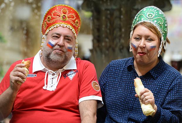 Герои интернет-мема Дмитрий Гнатюк и Инна Каленская во время акции в поддержку сборной России по футболу «Сжуем за Родину!» в ГУМе