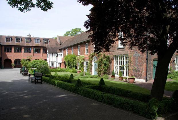 Сейчас дворец Кройдон расположен в южном Лондоне, но 500 лет назад он располагался в пригороде. Из-за этого архиепископы любили использовать его в качестве летней резиденции во время визитов в столицу. Сейчас во дворце находится школа.