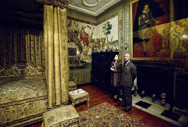 Роскошные интерьеры дворца способны удивить даже привыкшего к роскоши завсегдатая Букингемского дворца. Принц Чарльз во время визита в Ноул-хаус.