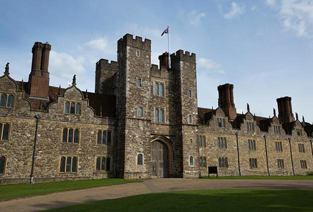 Несмотря на наличие башен и сразу нескольких внутренних дворов, Ноул-хаус изначально задумывался именно как роскошный дворец, а вовсе не укрепленный замок.