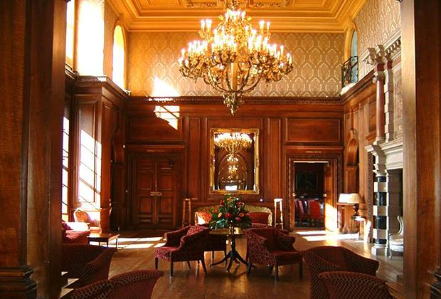 Шелковые обои, деревянные панели, хрустальные люстры и дорогая мебель — интерьеры Эддингтона выполнены дорого, но со вкусом.