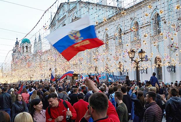 Болельщики на Никольской улице в Москве