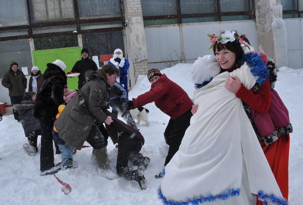 Поселок Труженик, Тверская область, март 2013. <br> <br> Масленичные гуляния. Каждый год театральная труппа местного дома культуры устраивает праздничное представление и гуляния с угощением.