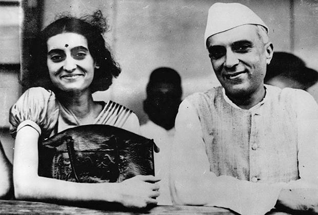 Индира Неру с отцом в 1937 году