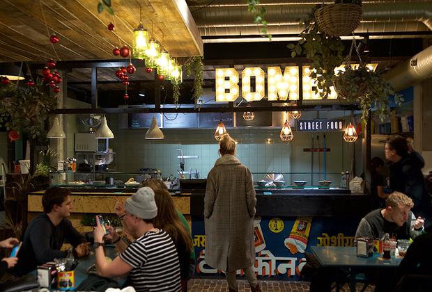 Отличное место, где можно попробовать еду из разных стран мира, — местный фудмаркет Down Town. Главным удобством этого места является наличие приложения для телефона. На каждом столе есть наклейка с QR кодом, просканировав который, можно получить меню на языке телефона (русский язык в разработке) и сделать заказ.