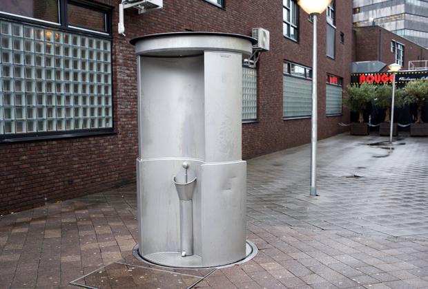 Жители города не отличаются стеснительностью. Мужской публичный туалет открыт со всех сторон. После использования кабинка скрывается под землей, омывается и вновь «распахивает свои объятия» для нуждающихся.