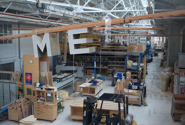 Со второго этажа галереи можно посмотреть на мастерскую.
