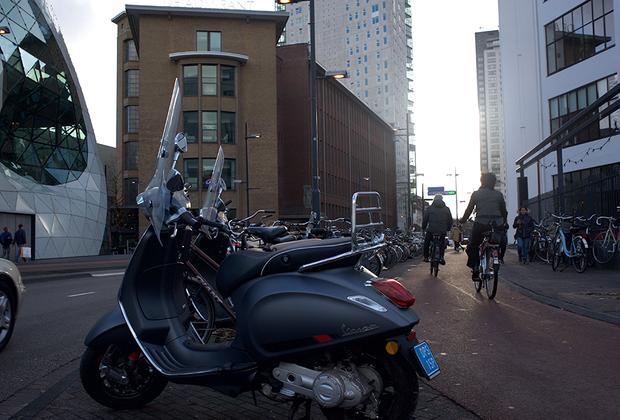 Велосипед является одним из самых удобных способов передвижения. Имеется специальный велосипедный маршрут, проехав по которому, можно увидеть главные достопримечательности города.
