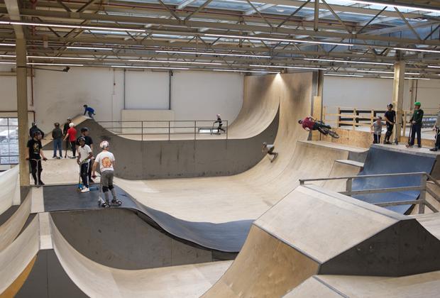 Одно из зданий Philips используется как скейт-парк. Здесь у молодежи есть возможность развиваться, как физически...