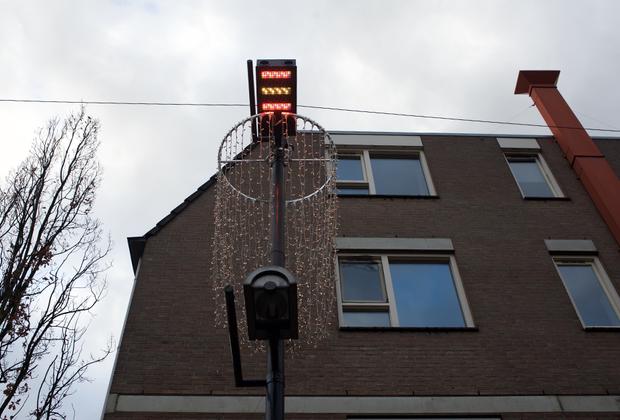 На нескольких центральных улицах камеры наблюдения заменены лампами. Они помогают предупредить хулиганские действия. В момент «накаливания» обстановки они начинают светить ярче, а в воздухе распыляется легкий аромат лимона — экспериментаторы считают, что этот запах успокаивает людей.
