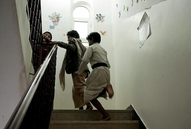 По данным ЮНИСЕФ, с начала конфликта в Йемене погибли или пострадали более шести тысяч детей. Бывший учитель из города Дамара говорит, что из его школы забрали по меньшей мере 14 учеников. Никто из них обратно не вернулся. Их портреты потом вывешивали на стенах школы во время недели мучеников, которую хуситы отмечают в феврале. Его слова подтверждает директор школы, однако своих имен ни тот, ни другой не называют — боятся возмездия.  <br><br> По словам учителя, хуситские командиры не щадят и своих собственных отпрысков: «Больно об этом говорить, все эти дети мне как родные, я ведь их учитель. Они уходят воевать, а возвращаются обратно в гробах».