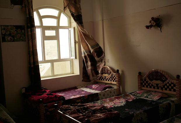 Очередной раунд переговоров по урегулированию йеменского конфликта состоялся 15 декабря в Швейцарии. Понятно, что в обозримом будущем война не закончится, но уже сейчас правозащитников волнует, что будет с бывшими малолетними бойцами, когда стороны все-таки примирятся. Нагиб аль-Саади, йеменский правозащитник, основавший реабилитационный центр для малолетних бойцов в Марибе на саудовские деньги, считает, что искалеченные войной дети еще доставят миру хлопот: «Настоящие проблемы от завербованных хуситами детей проявятся спустя десять лет, когда подрастет поколение, которому промыли мозги ненавистью и враждой к Западу».