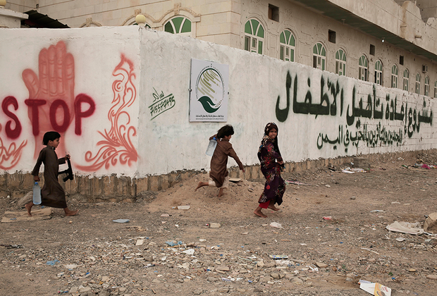 """Сколько точно детей вернулись домой в гробах— неизвестно. По словам 13-летнего Мохаммеда, который провел на фронте два года, единственным, что утешало его в бою, был браслет с личным номером — «джихади-браслет», или «ключ от рая». Он рассказал, что сам убивал и участвовал в пытках пленных противников, и его не особенно волновало, останется ли он в живых. Если бы он погиб, по порядковому номеру на браслете его опознали бы и признали мучеником. «На гроб приклеили бы табличку с моим именем и фотографией, а снизу было бы написано: """"мученик"""". И отправили бы домой», — объясняет Мохаммед.  <br><br> Однажды его отряд взял в плен солдата коалиции. Его привели в разбомбленный ресторан и стали допрашивать. Мальчик выпытывал из пленного информацию с помощью электрошокера, а после допроса командир приказал Мохаммеду избавиться от врага. Он раскалил металлический прут и пробил им затылок мужчины. «Мой командир был моим наставником. Если он говорил """"убей""""— я убивал. По его приказу я бы и себя подорвал», — объясняет Мохаммед."""