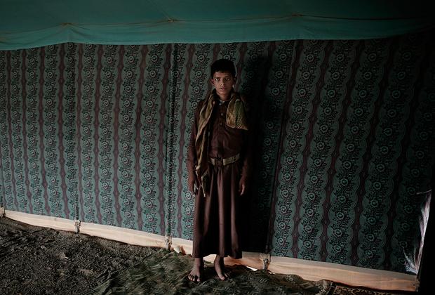 В реабилитационном центре для бывших детей-солдат в Марибе малолетних ветеранов пытаются вернуть к нормальной жизни. Около 200 человек учат здесь арабский язык, читают стихи, общаются со сверстниками и проходят психотерапию. Детям предстоит научиться справляться с психологическими травмами и пережить ужасы, свидетелями которых они стали. Одна из главных проблем детей-ветеранов— неконтролируемая агрессия и панические атаки. Кроме того, рассказывают педагоги центра, некоторые мальчики пережили сексуальное насилие со стороны своих командиров.