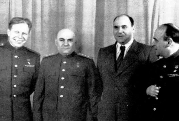 Александр Ефремов (второй справа)