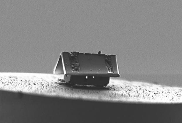 В мае команда специалистов из института Femto-ST в Безансоне (Франция) построила из диоксида кремния дом длиной 20 микрометров. Для этого они воспользовались такими инструментами, как фокусируемый ионный пучок, система газовой инжекции и крошечный подвижный робот.