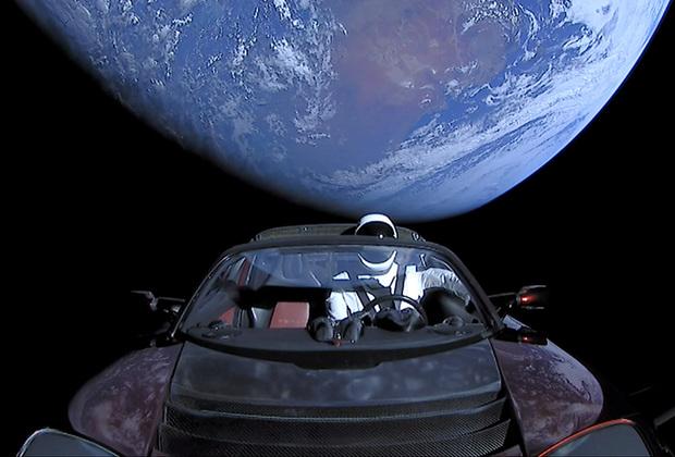 Спортивный электромобиль Tesla Roadster с манекеном Starman был запущен в космос на ракете-носителе Falcon Heavy в феврале.
