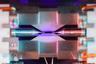 В центре этого изображения находится одиночный атом, удерживаемый электрическими полями. Снимок был сделан Дэвидом Нэдлингером из Оксфордского университета (Великобритания).