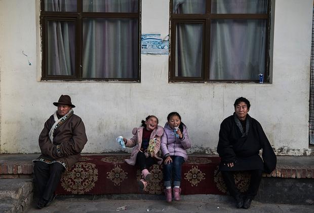 Тибетские девочки едят мороженое в монастыре Ронгво во время Монлама. Монлам, или Великий молитвенный фестиваль является самым важным событием для тибетских буддистов. Многочисленные паломники присоединяются к религиозным ритуалам в монастырях. Масштабные мероприятия начинаются в этнических тибетских регионах Западного Китая после лунного Нового года и длятся до двух недель. Несмотря на обвинения в религиозных репрессиях, атеистическое правительство Китая утверждает, что тибетцы свободно исповедуют свою веру.