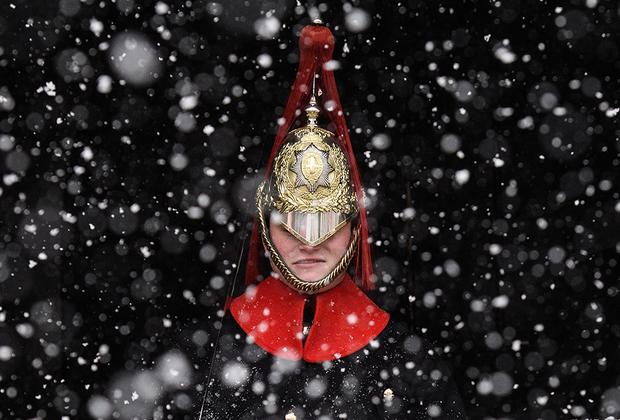 Дворцовый кавалергард на дежурстве на Уайтхолле под сильным снегопадом. Снежный антициклон, пришедший в Европу зимой 2018 года из Сибири, получил название «Зверь с востока». Для многих западных стран минувшая зима стала самой холодной за долгие годы: снег выпал даже в тех краях, где этого не видели многие десятилетия.