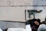 Отражение героиновой наркоманки в зеркале, стоящем под мостом. Она и ее товарищи живут на улице в районе Кенсингтон в Филадельфии, который стал центром употребления опиоидов в штате Пенсильвания. Наркотическая эпидемия в США усиливается с каждым годом: с 2010 года количество наркозависимых в стране удвоилось.