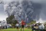 Увлеченные игроки в гольф в Гавайском вулканическом национальном парке не замечают, что активный вулкан Килауэа выплюнул в воздух облако пепла. 15 мая 2018 года.